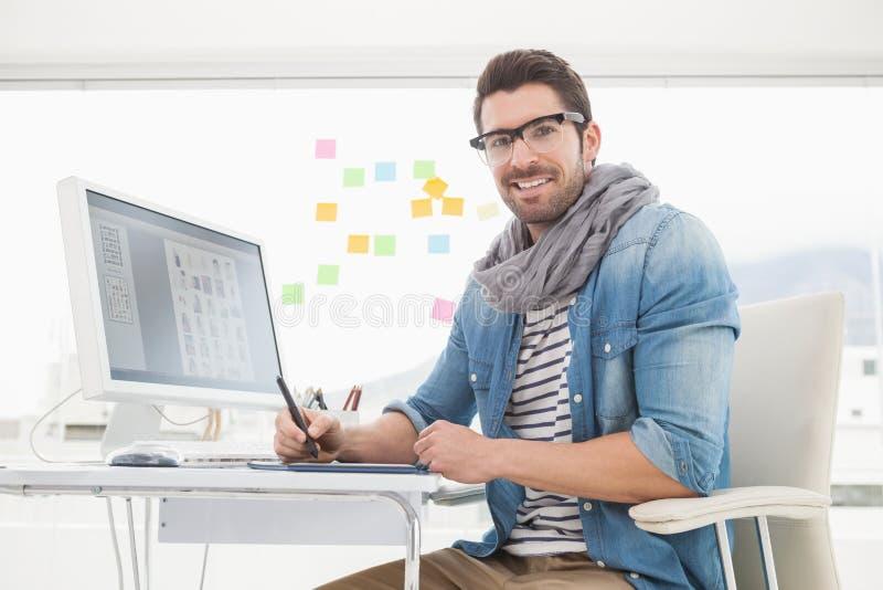 Portret szczęśliwy projektant używa digitizer obraz stock