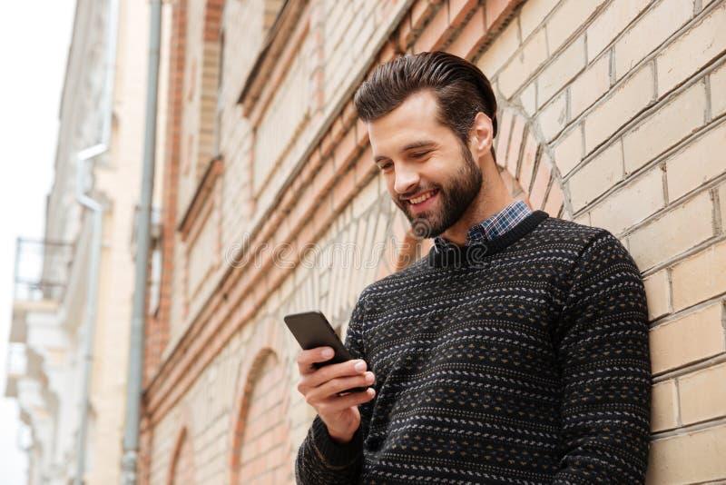 Portret szczęśliwy przystojny mężczyzna w pulowerze fotografia stock