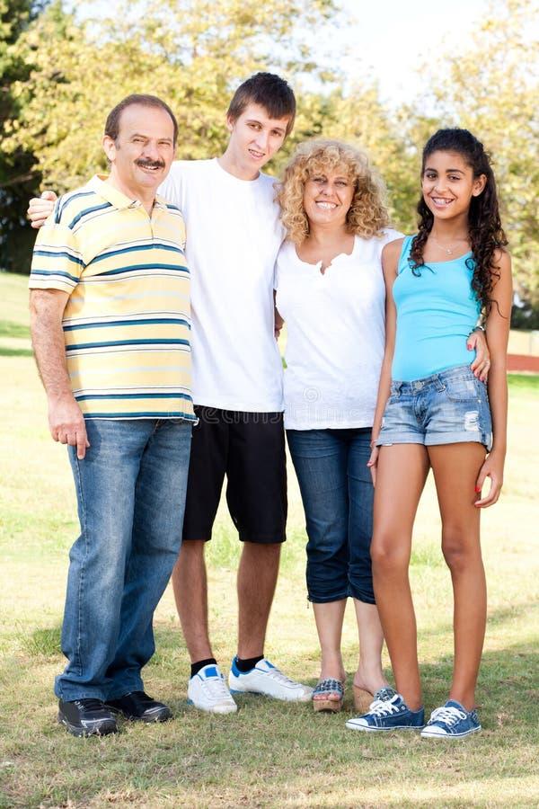 Portret szczęśliwy rodzina składająca się z czterech osób fotografia royalty free