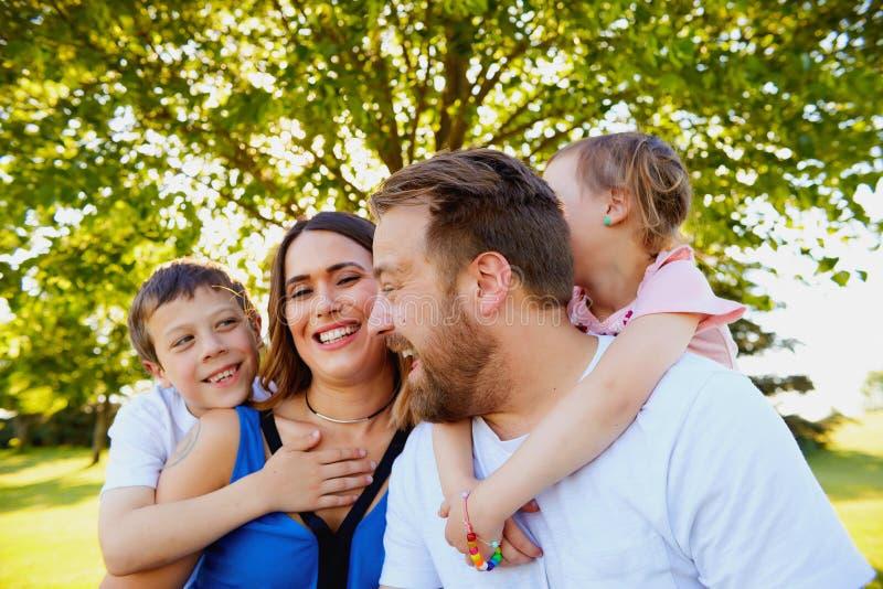 Portret szczęśliwy rodzinny śmiać się w lato parku fotografia royalty free