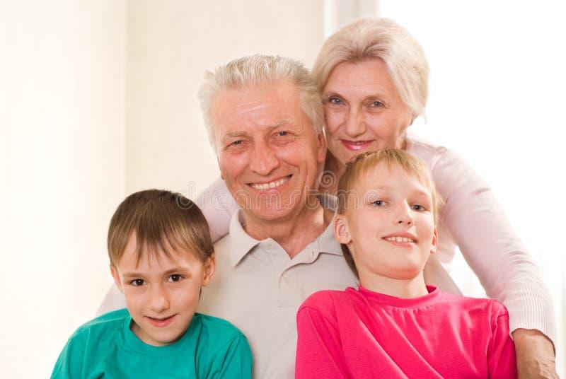 Portret szczęśliwy rodzinny bawić się zdjęcie royalty free