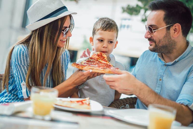 Portret szczęśliwy rodzinny wydaje czas w kawiarni obrazy stock