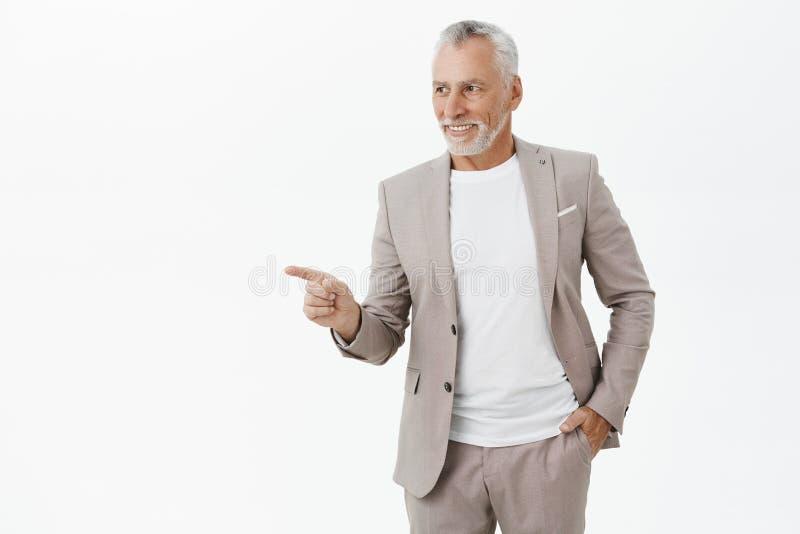 Portret szczęśliwy spokój i ufny charyzmatyczny stary dziadek w formalnej eleganckiej kostiumu mienia ręce w kieszeniowy patrzeć  obrazy stock