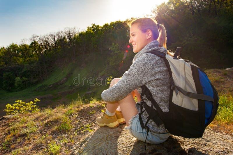 Portret szczęśliwy sporty kobieta podróżnika relaksować Kobieta wzorcowy b fotografia royalty free