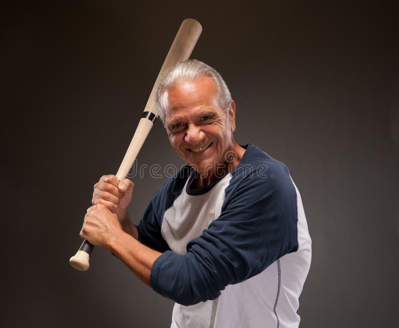 Portret szczęśliwy starszy dorosły mężczyzna z kijem bejsbolowym fotografia royalty free