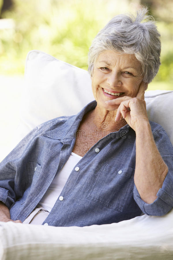 Portret Szczęśliwy Starszy kobiety obsiadanie Na kanapie fotografia royalty free