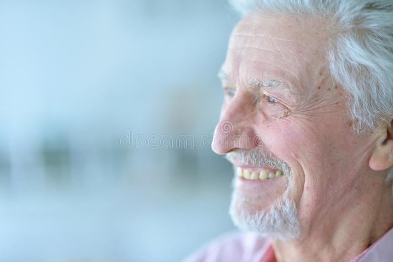 Portret szczęśliwy starszy mężczyzna pozuje w domu zdjęcie royalty free