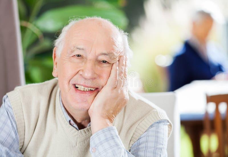 Portret Szczęśliwy Starszy mężczyzna Przy Karmiącym domem zdjęcia royalty free