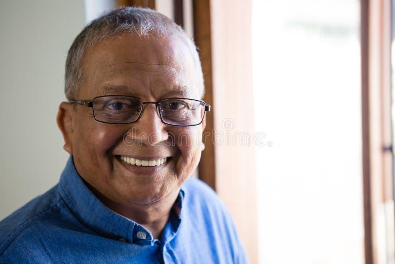 Portret Szczęśliwy Starszy mężczyzna Przy Karmiącym domem obrazy royalty free
