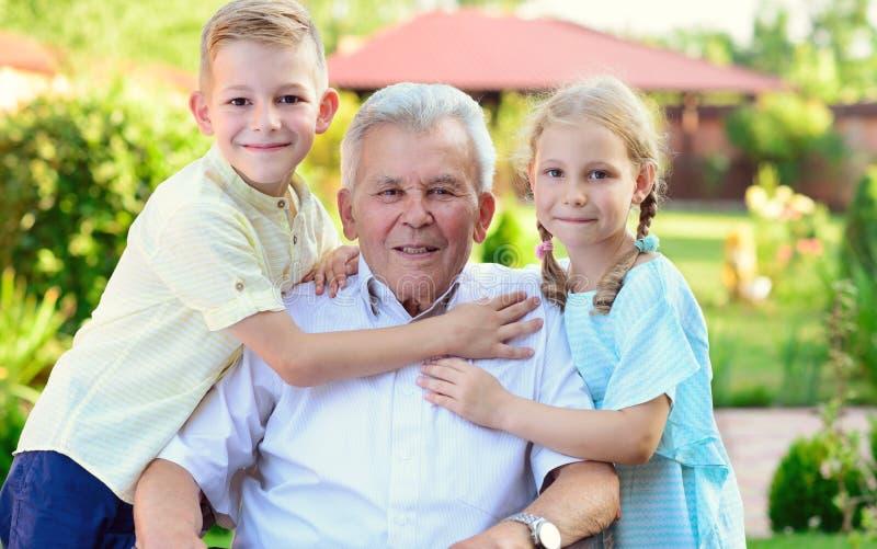 Portret szczęśliwy stary dziad i śliczni dzieci zdjęcia stock