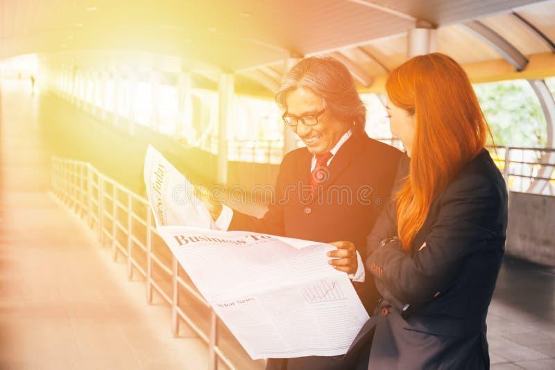 Portret szczęśliwy uśmiechający się dwa biznesmenów dyskutuje do siebie i opowiada fotografia royalty free