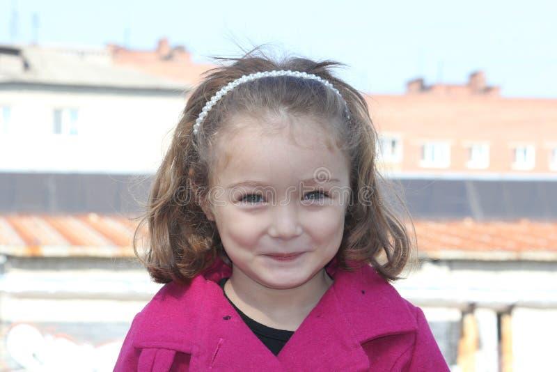 Portret szczęśliwy uśmiechnięty śliczny małej dziewczynki dziecko outdoors zdjęcia royalty free