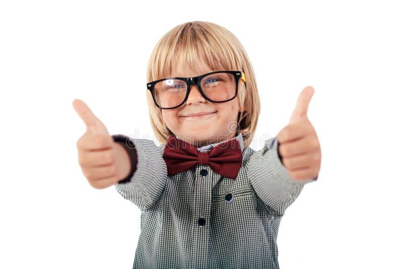 Portret szczęśliwy uczeń ubierał w czerwonym łęku krawacie z szkłami na białym tle Edukacja, odizolowywająca fotografia stock