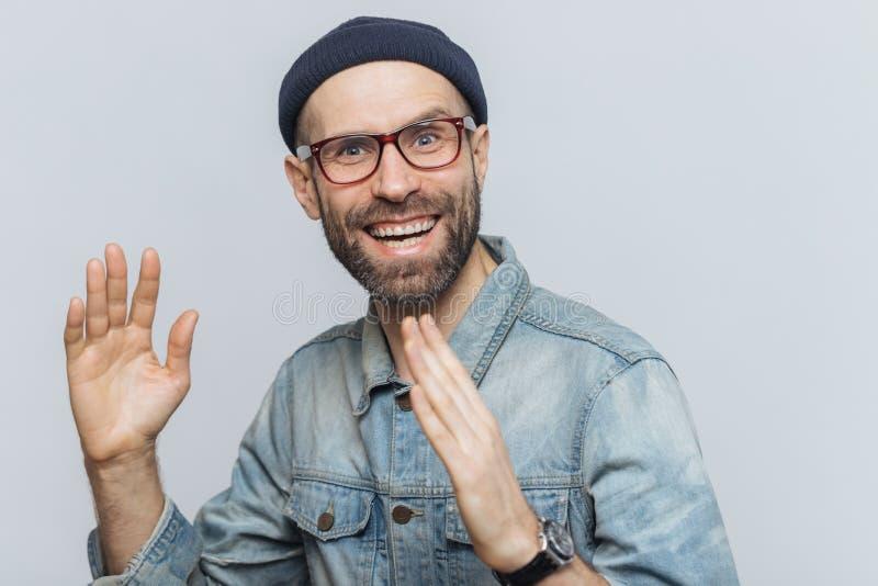 Portret szczęśliwy w średnim wieku mężczyzna zabawę salową, podwyżek ręki, zdjęcie royalty free