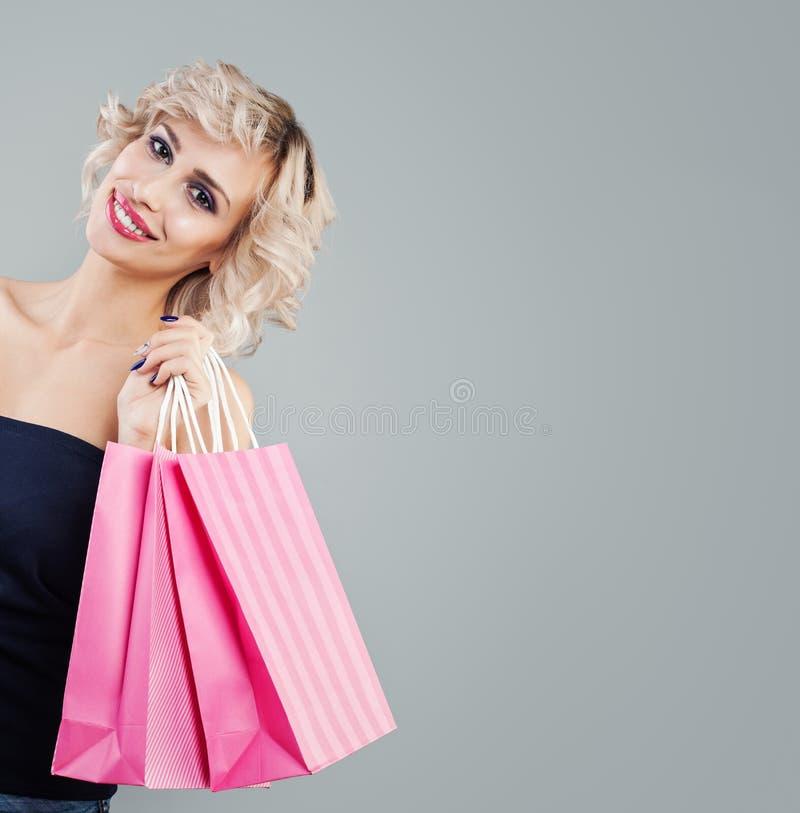 Portret szcz??liwa kobieta z torba na zakupy zdjęcie royalty free