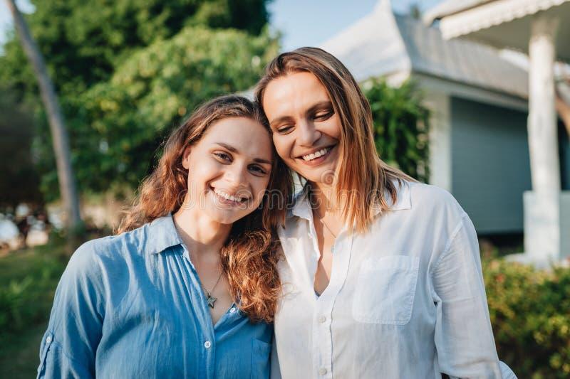 Portret szcz??liwa lesbian para ?ciska outdoors zdjęcie royalty free