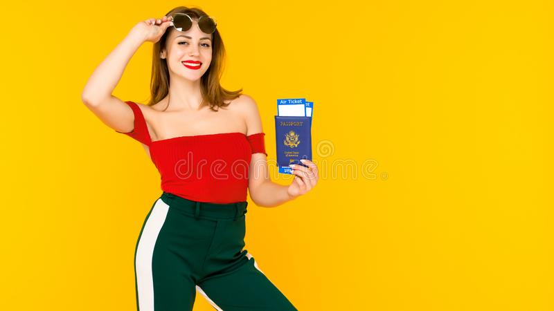 Portret szcz??liwa m?oda kobieta trzyma podr zdjęcie royalty free