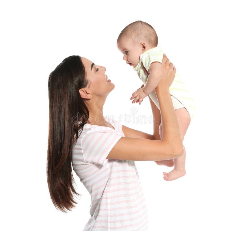 Portret szcz??liwa matka z jej dzieckiem na bielu zdjęcie royalty free