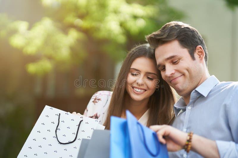 Portret szcz??liwa para z torbami na zakupy w mie?cie ono u?miecha si? i huging obrazy royalty free