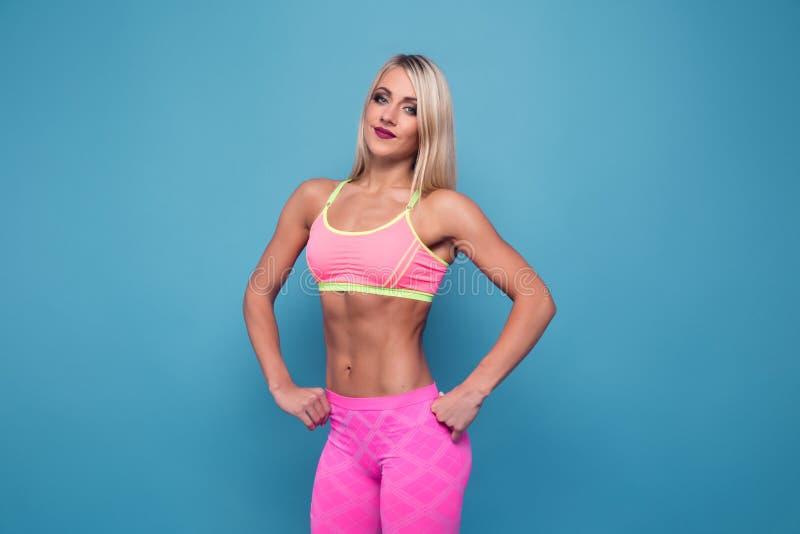 Portret szczupły sporty blondynki bodybuilder BARDZO GORĄCY kobieta stojak zdjęcie stock