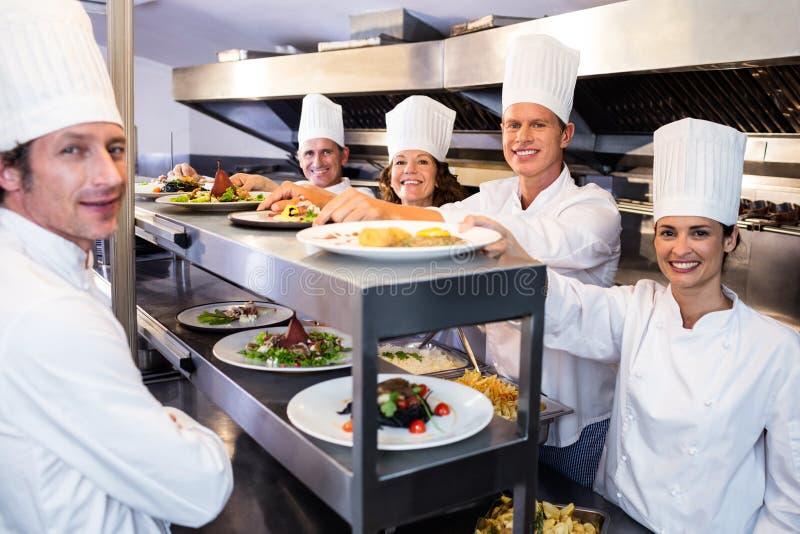 Portret szef kuchni drużyny ono uśmiecha się fotografia royalty free