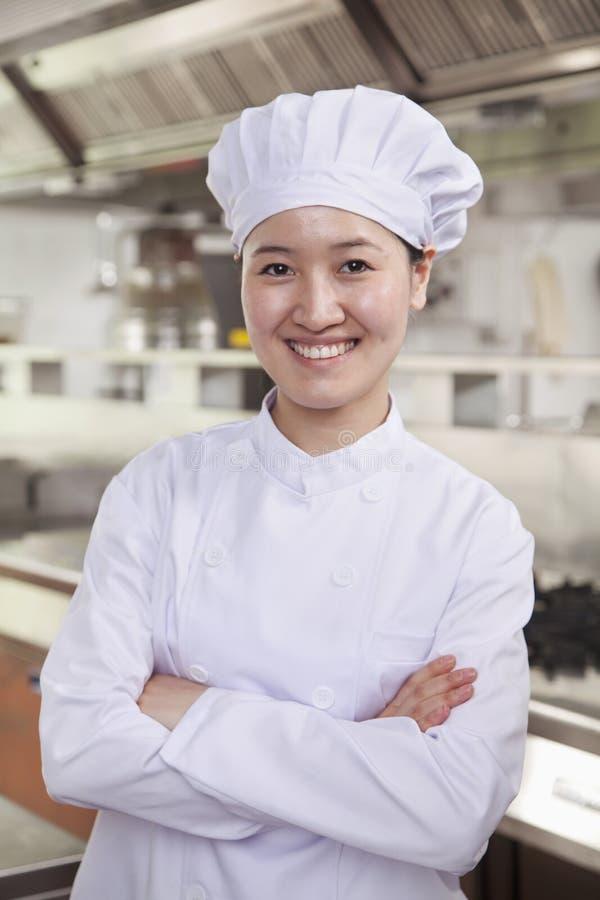 Portret szef kuchni w przemysł kuchni zdjęcia stock