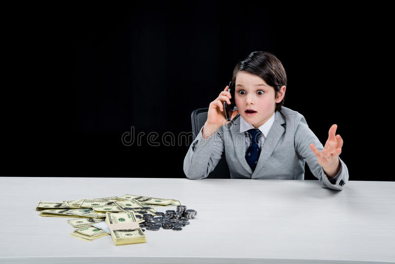 Portret szokująca chłopiec bawić się biznesmena i opowiada na smartphone fotografia royalty free