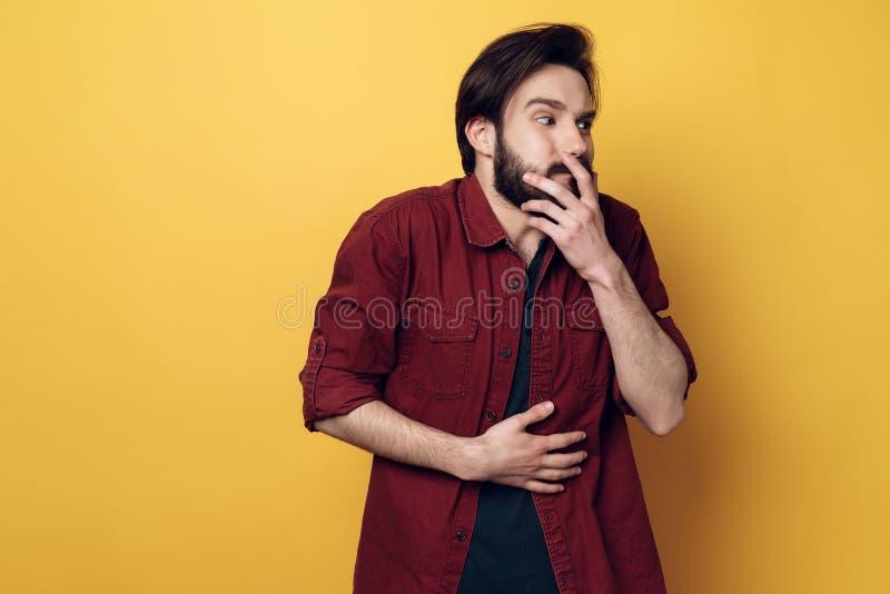 Portret Szokujący młodego człowieka Nakrywkowy usta zdjęcia royalty free
