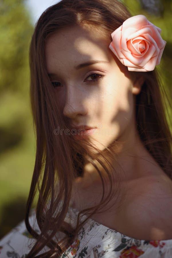 Portret tajemnicza brunetka z promieniami spada na jej piękno twarzy światło słoneczne obraz royalty free
