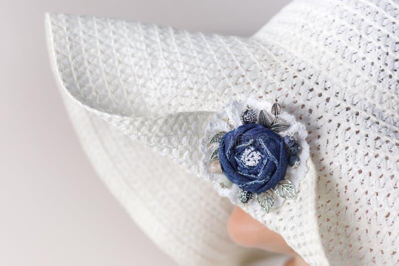 Portret tajemnicza kobieta w białym kapeluszu z broszką robić drelichowy handmade Boczny widok obrazy royalty free