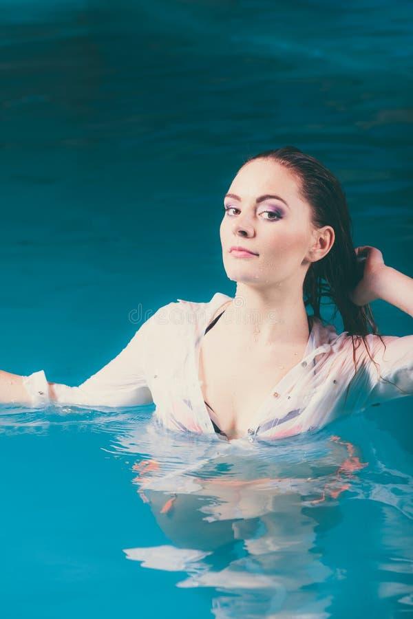 Portret tajemnicza uwodzicielska kobieta w wodzie zdjęcie stock