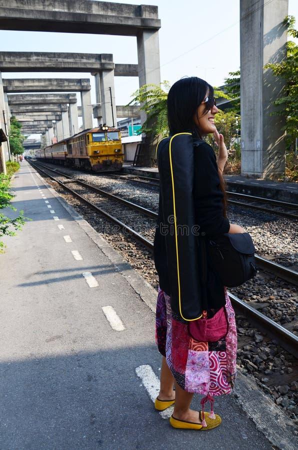 Portret Tajlandzka kobieta z pociągiem na kolei przy Thail zdjęcie stock
