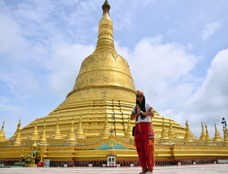 Portret tajlandzkie kobiety ono modli się przy Shwemawdaw Paya pagodą w Bago Myanmar obraz royalty free