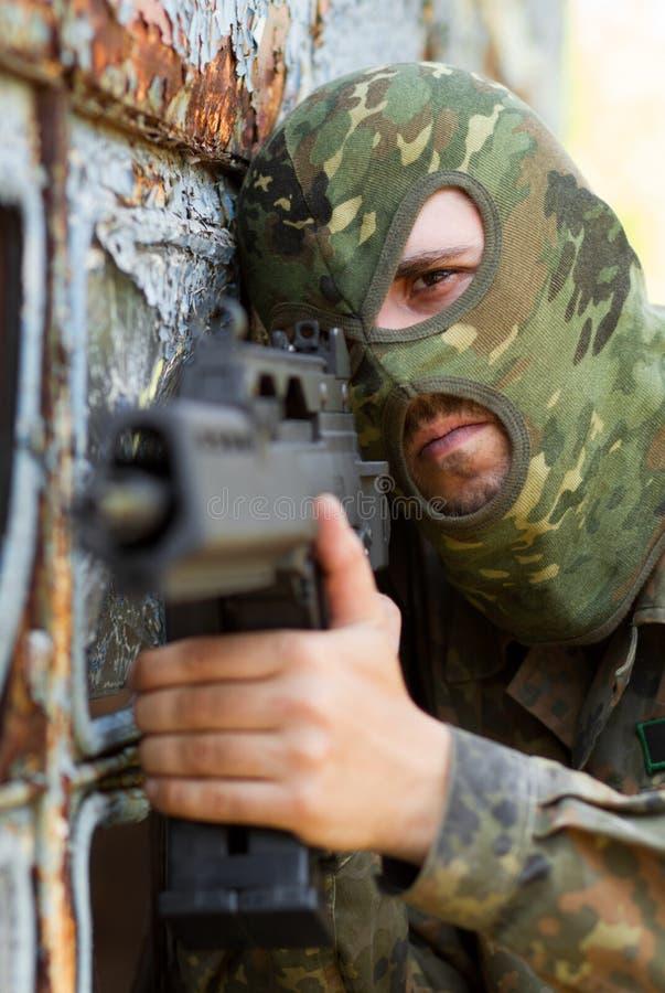 Portret terrorysta z pistoletem obrazy stock