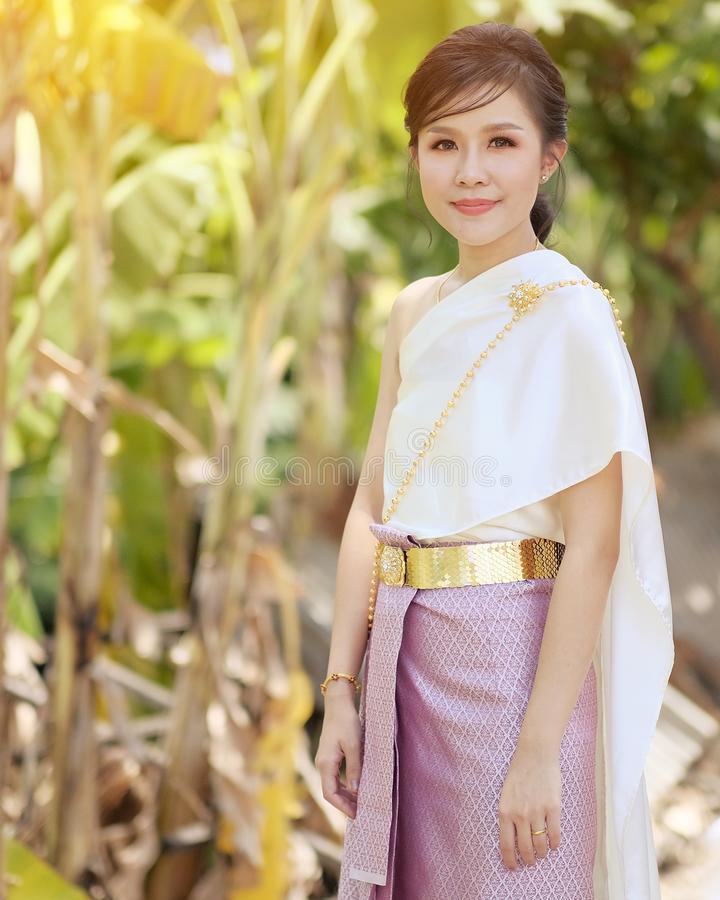 Portret Thaise vrouwen die Thaise kleren in natuurlijk licht dragen royalty-vrije stock fotografie