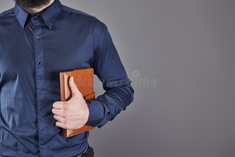 Portret toothy przystojny brodaty mężczyzna z książką na rękach obrazy stock