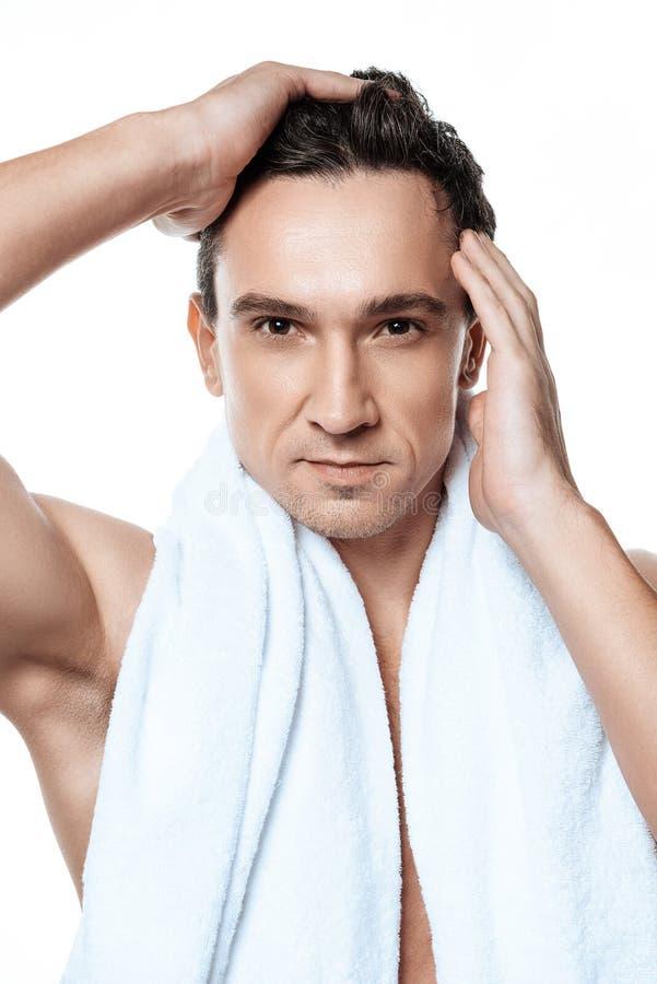 Portret toweling po prysznic w ranku odizolowywającym przystojny mężczyzna obrazy royalty free