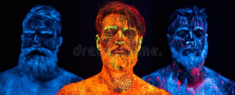 Portret trzy brodatego mężczyzny malował w fluorescencyjnych proszkach zdjęcie royalty free