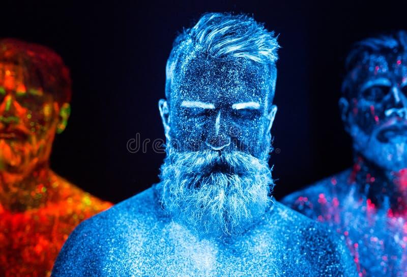 Portret trzy brodatego mężczyzny malował w fluorescencyjnych proszkach zdjęcie stock