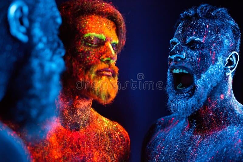 Portret trzy brodatego mężczyzny malował w fluorescencyjnych proszkach zdjęcia royalty free