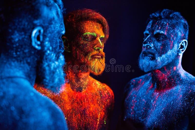 Portret trzy brodatego mężczyzny malował w fluorescencyjnych proszkach obraz stock