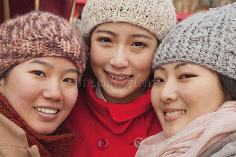 Portret trzy przyjaciela outdoors w zimie, Pekin obraz royalty free