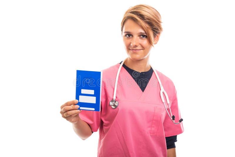 Portret trzyma błękitnego europejskiego ubezpieczenie zdrowotne ca żeński weterynarz zdjęcie stock