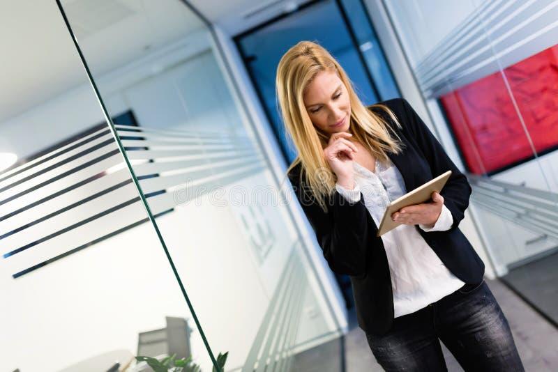 Portret trzyma cyfrową pastylkę pomyślny bizneswoman zdjęcia royalty free
