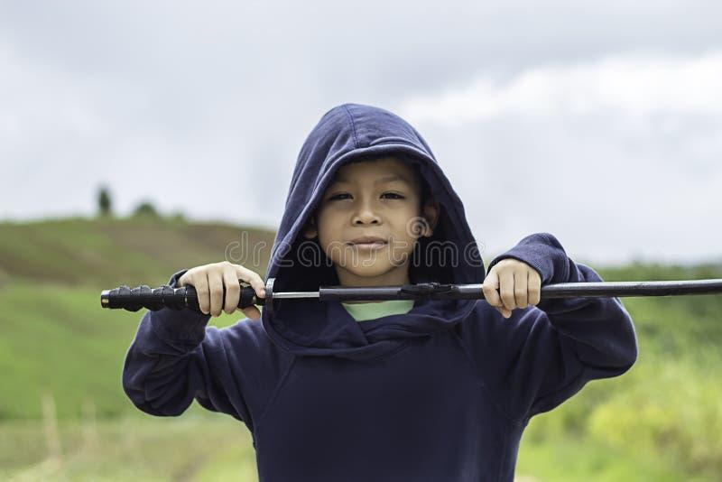 Portret trzyma drewnianą kordzik sztukę Asean chłopiec zdjęcie royalty free