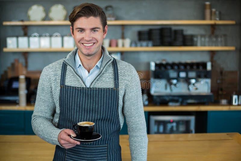 Portret trzyma filiżankę kawy kelner fotografia royalty free