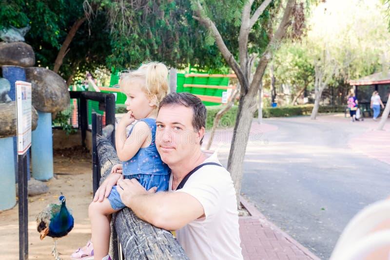 Portret trzyma jego berbeć córki patrzeje natura w zoo parku ojciec Rodzina odpoczynek, wydaje czasu pojęcie wpólnie zdjęcia royalty free