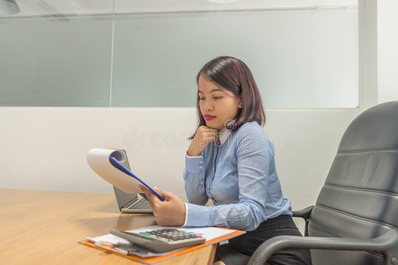 Portret trzyma pieniężnych raporty i główkowanie Azjatycki bizneswoman fotografia stock