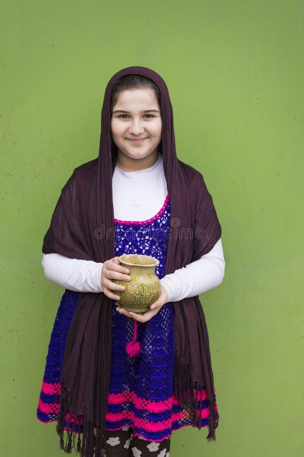 Portret trzyma starego piękna dziewczyna opróżnia wietrzejącą wazę ja zdjęcie royalty free