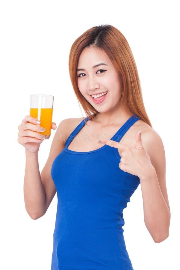 Portret trzyma szkło sok pomarańczowy młoda kobieta zdjęcia royalty free